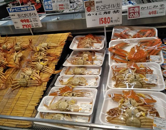 越前蟹(セイコガニ)並ぶ